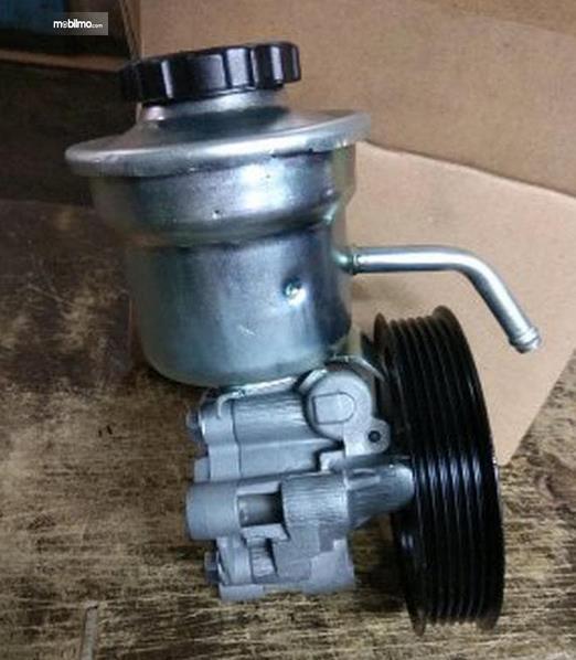 Gambar inni menunjukkan pompa oli power steering pada mobil