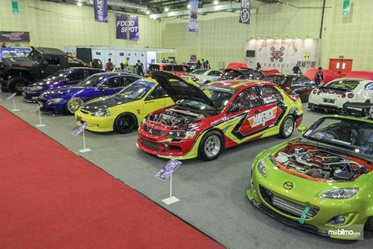 Gambar ini  menunjukkan beberapa mobil yang sudah dilakukan modifikasi