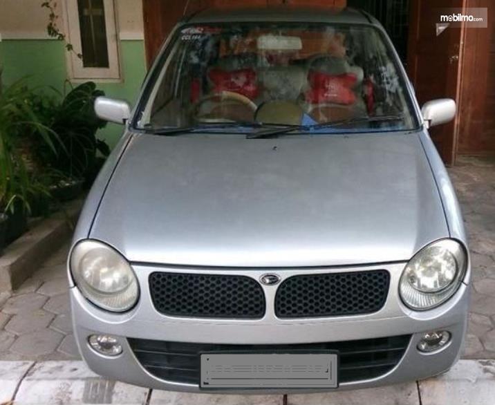 Gambar ini menunjukkan bagian depan mobil Daihatsu Ceria 2003