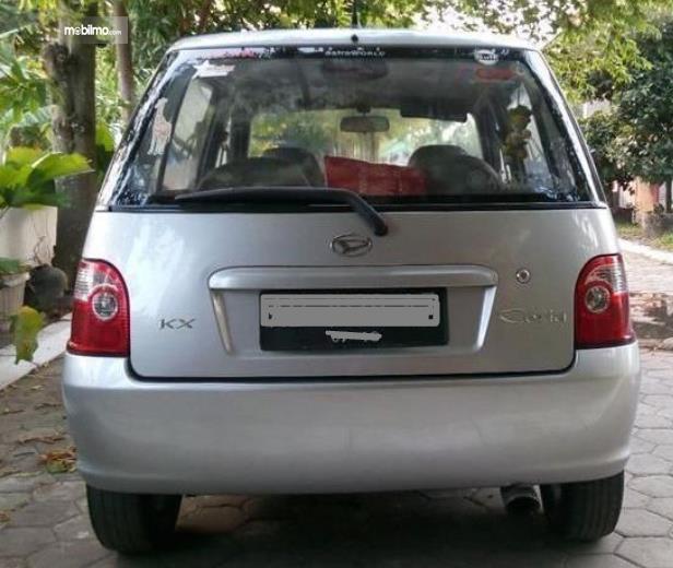Gambar ini menunjukkan bagian belakang mobil Daihatsu Ceria 2003