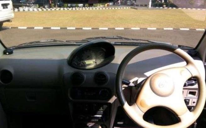 Gambar ini menunjukkan dashboard dan kemudi mobil Daihatsu Ceria 2003
