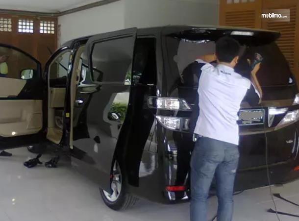 Gambar ini menunjukkan pemasangan kaca film mobil antipeluru