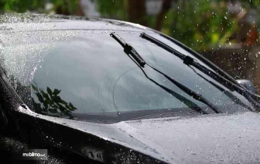 Gambar iini menunjukkan wiper sedang bekerja menyeka kaca depan mobil