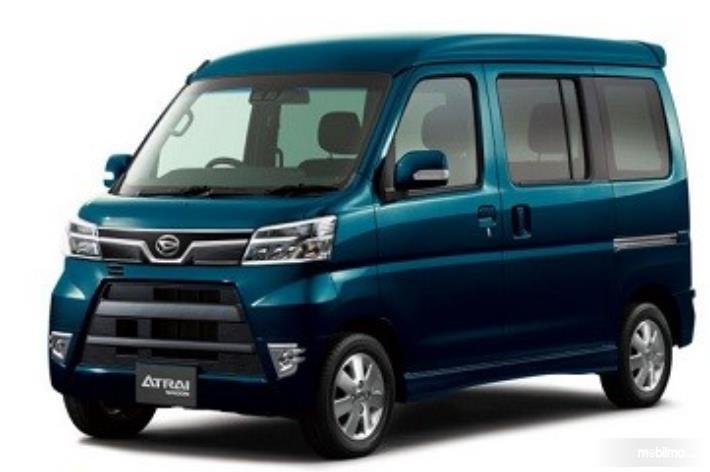 Gambar ini menunjukkan Daihatsu Atrai Wagon tampak depan dan samping kiri