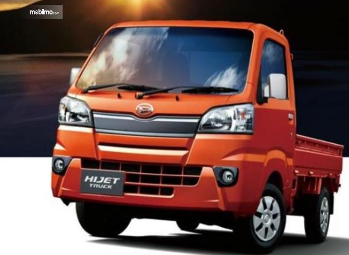 Gambar ini menunjukkan mobil Daihatsu Hijet truck tampak depan