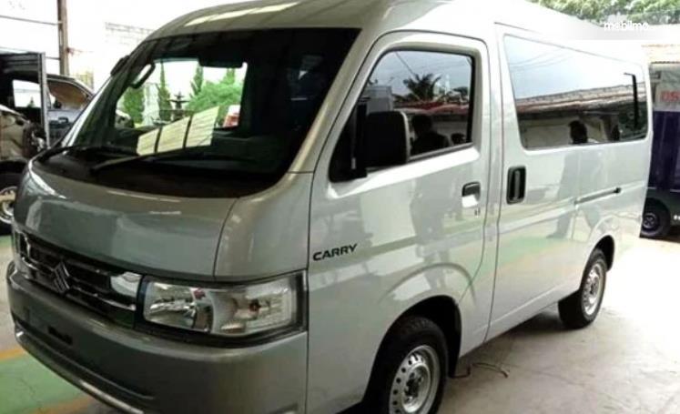 Gambar ini menunjukkan mobil Suzuki New Carry Minibus tampak depan