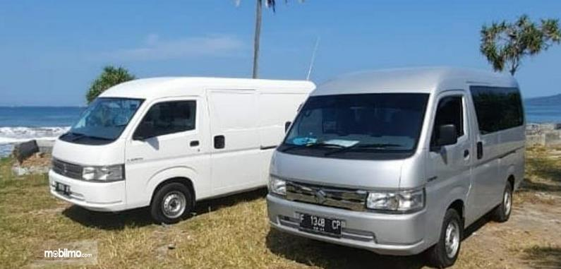 Gambar ini menunjukkan mobil Suzuki Carry Blind Van dan Minibus