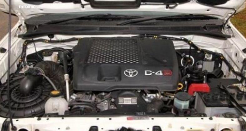 Gambar ini menunjukkan mesin pada mobil diesel