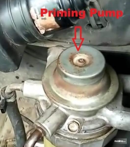 Gambar ini menunjukkan priming pump yang terdapat pada mesin diesel