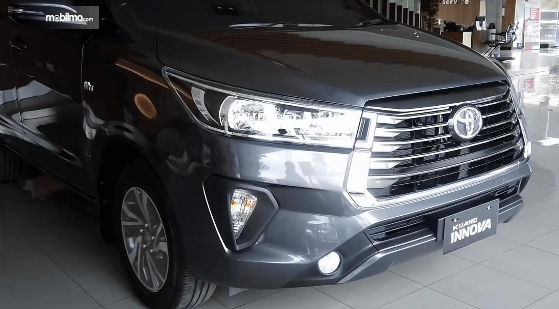 Gambar ini menunjukkan bagian depan mobil Toyota Kijang Innova Terbaru