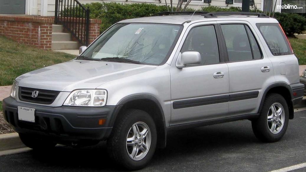 Gambar ini menunjukkan mobil Honda CR-V gen 1 tampilan depan dan samping kiri