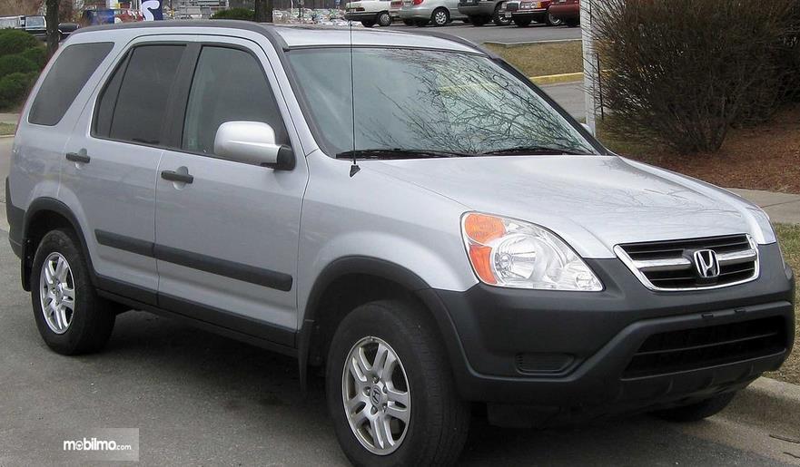 Gambar ini menunjukkan mobil Honda CR-V generasi kedua tampil depan dan samping kanan