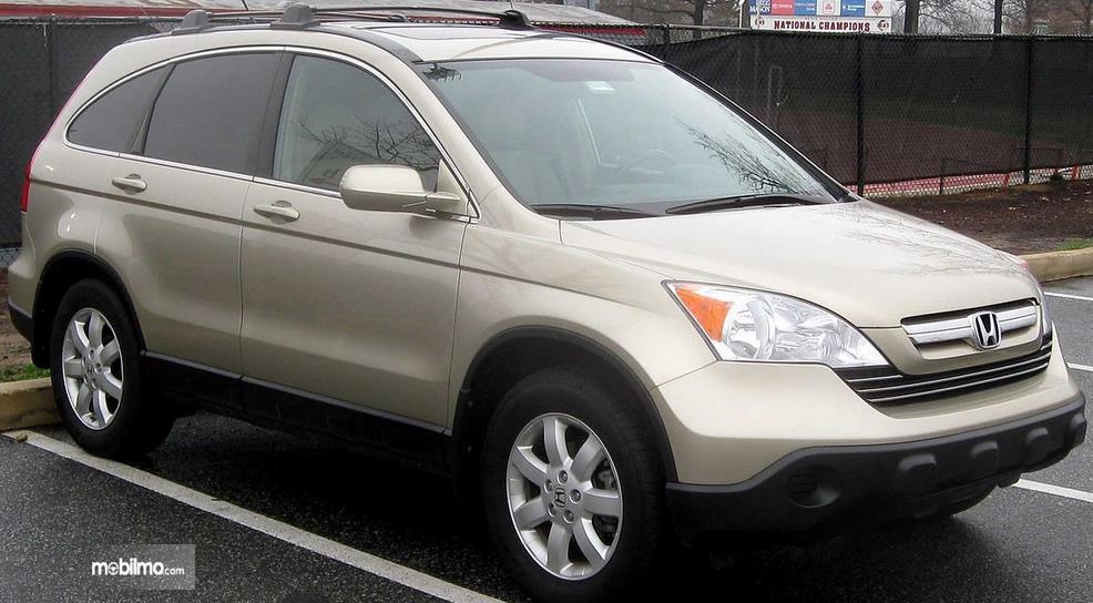 Gambar ini menunjukkan bagian depan dan samping kanan Honda CR-V