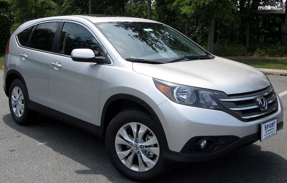 Gambar ini menunjukkan mobil Honda CR- V  tampak depan dan samping kanan