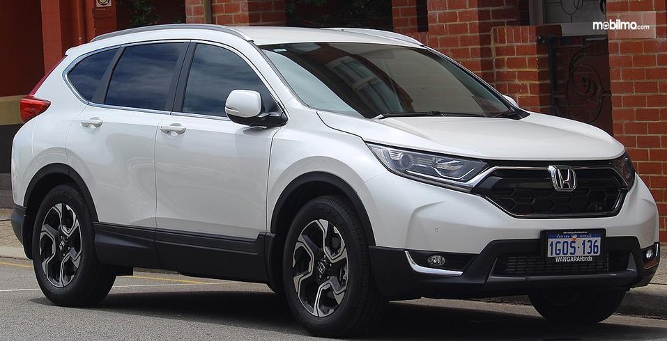 Gambar ini menunujukkan mobil mobil Honda CR-V tampak depan dan samping kanan