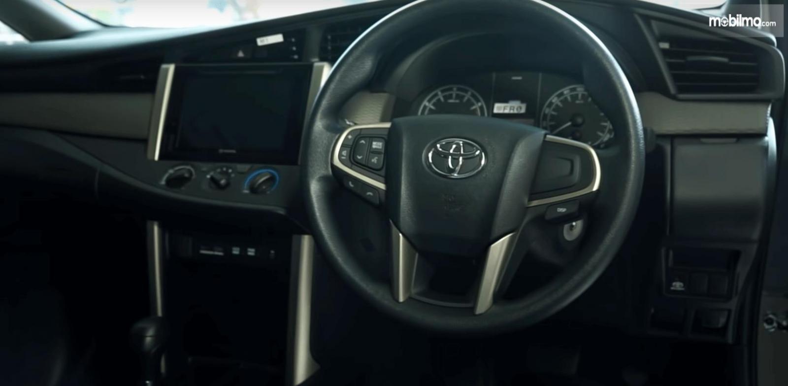 Gambar ini menunjukkan interior Toyota Kijang Innova Terbaru