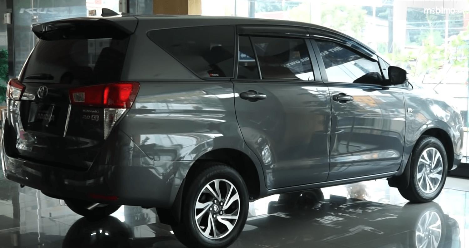 Gambar ini menunjukkn mobil Toyota Kijang Innova Terbaru tampak samping kanan