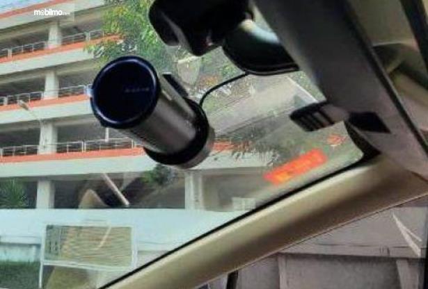 Gambar ini menunjukkan Dashboard Camera seri SPA98001 Blackvue Cloud dipasang di mobil