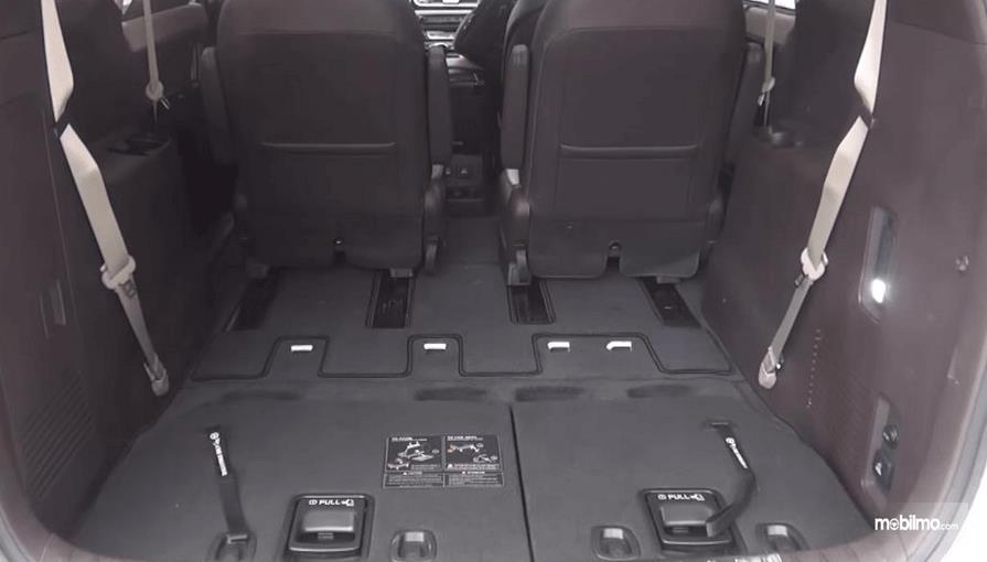 Gambar ini menunjukkan bagasi mobil Mobil KIA Sedona 2016