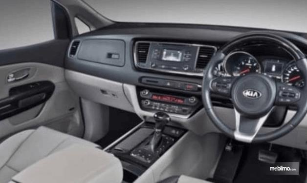 Gambar ini menunjukkan dashboard kemudi mobil Mobil KIA Sedona 2016