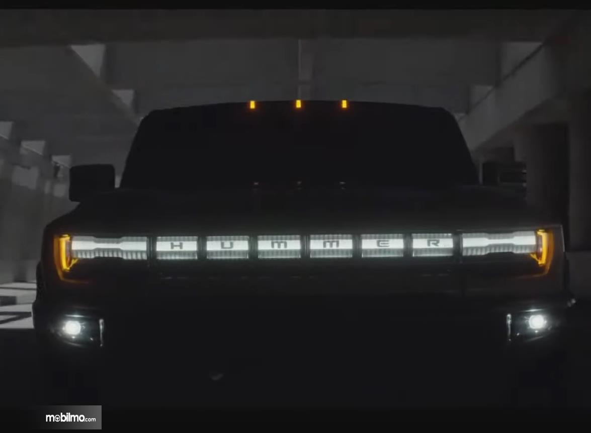 Gambar ini menunjukkan mobil Hummer EV tampak tulisannya di depan