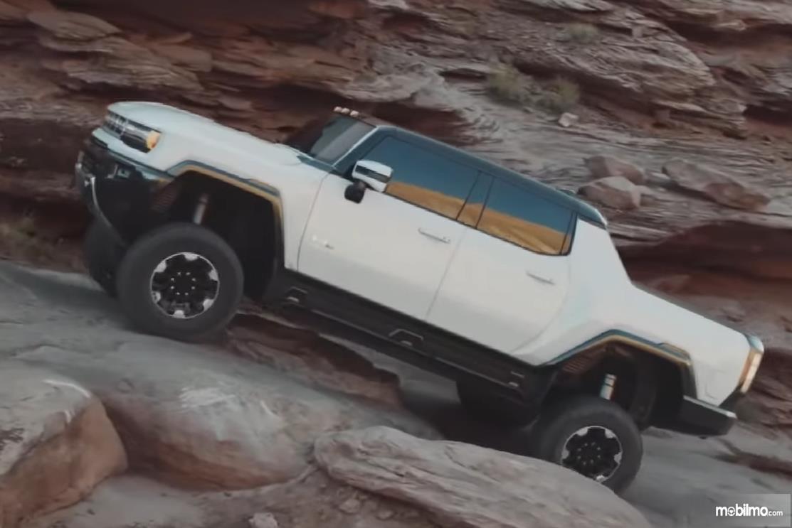 Gambar ini menunjukkan mobil Hummer EV tampak samping warna putih
