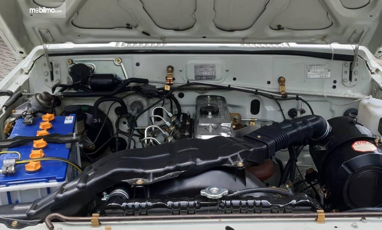 Gambar ini menunjukkan mesin mobil Daihatsu Taft 1996