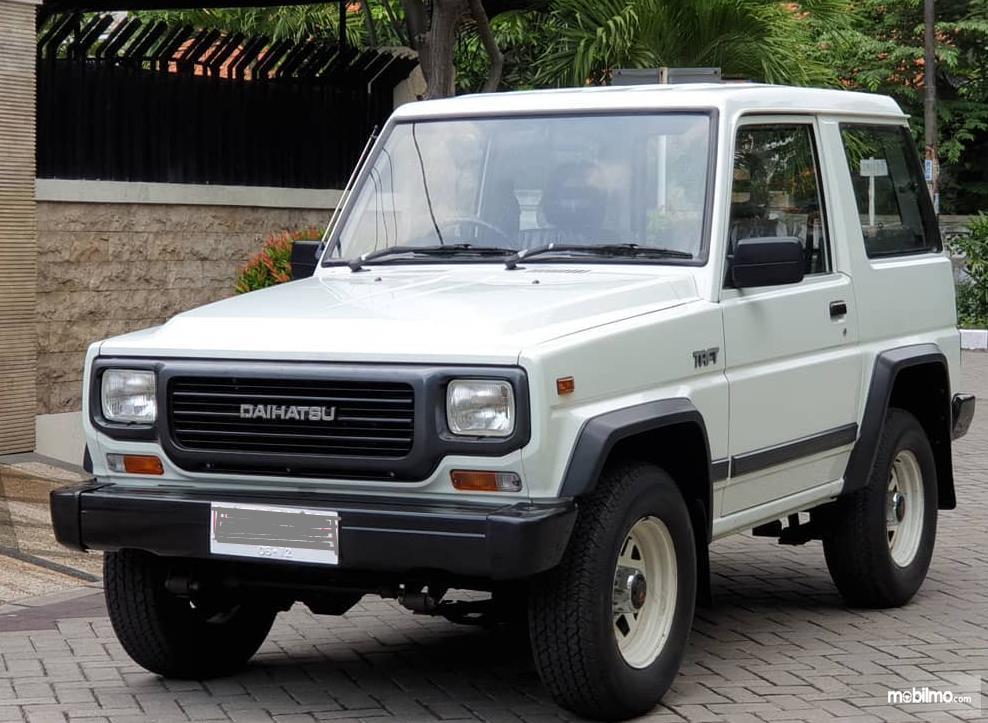 Gambar ini menunjukkan bagian depan mobil Daihatsu Taft 1996