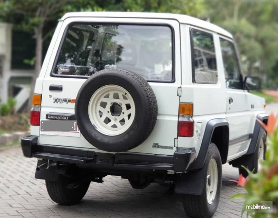 Gambar ini menunjukkan sisi belakang mobil Daihatsu Taft 1996