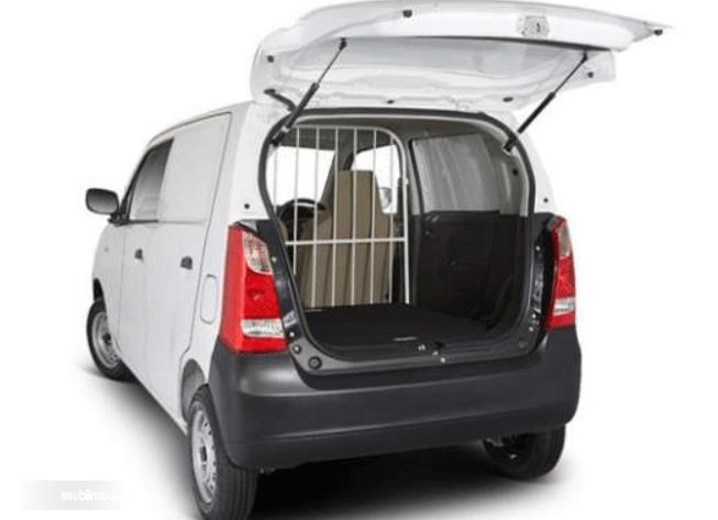 Gambar ini menunjukkan bagasi dan sekat mobil Suzuki Karimun Wagon R Blind Van 2015