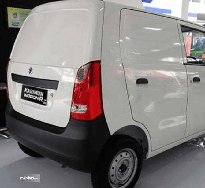 Gambar ini menunjukkan sisi belakang mobil Suzuki Karimun Wagon R Blind Van 2015