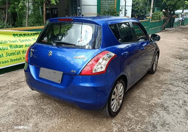 Gambar ini menunjukkan bagian belakang mobil Mobil Suzuki Swift 2013
