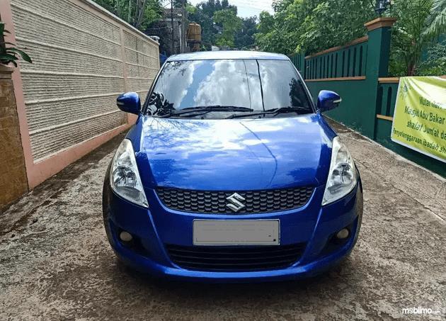 Gambar ini menunjukkan bagian depan mobil Mobil Suzuki Swift 2013