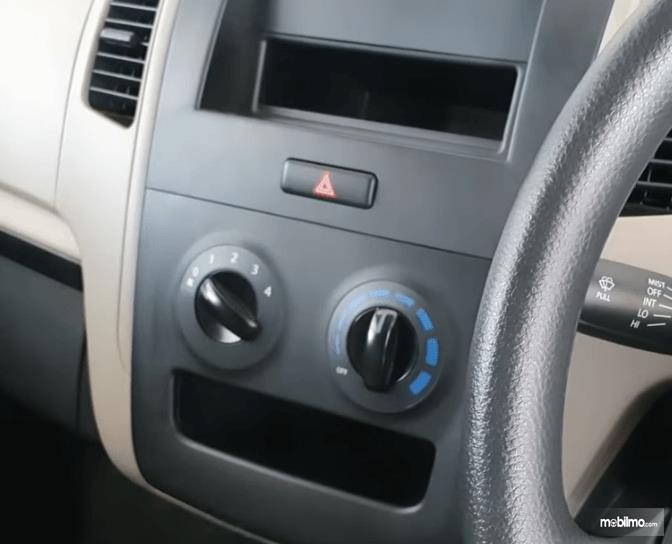 Gambar ini menunjukkan pengatur AC mobil Suzuki Karimun Wagon R Blind Van 2015