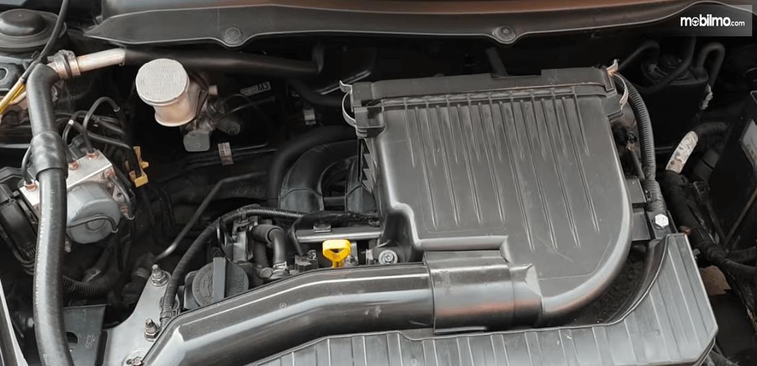 Gambar ini menunjukkan mesin Mobil Suzuki Swift 2013