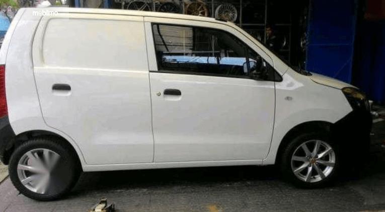 Gambar inimenunjukkan bagian samping Mobil Suzuki Karimun Wagon R Blind Van 2015