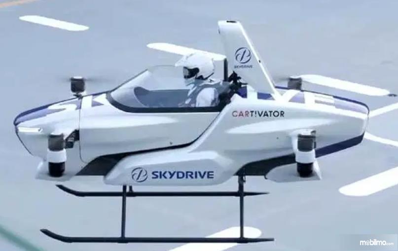 Gambar ini menunjukkan Mobil Terbang SkyDrive dengan 1 orang di dalamnya