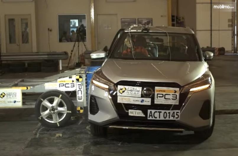 Gambar ini menunjukkan pengujian mobil Nissan Kikcks tabrakan dari samping