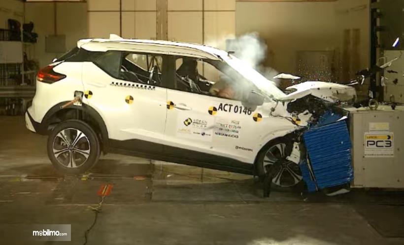 Gambar ini menunjukkan uji tabrak kendaraan Nissan Kicks dari arah depan