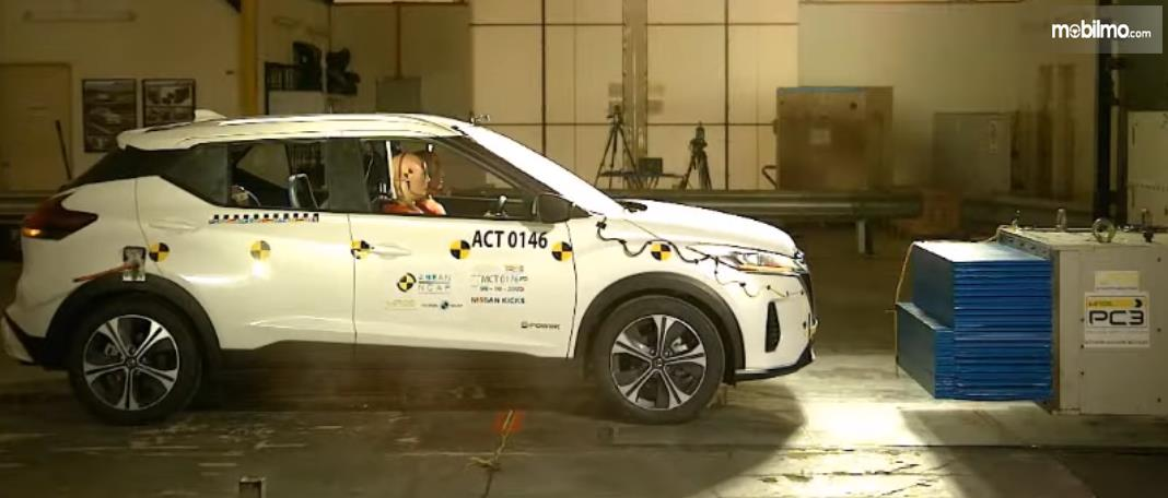 Gambar ini menunjukkan Nissan Kicks akan dilakukan pengujian