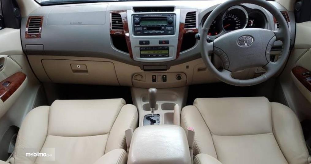 Gambar ini menunjukkan interior mobil Toyota Fortuner Generasi Pertama