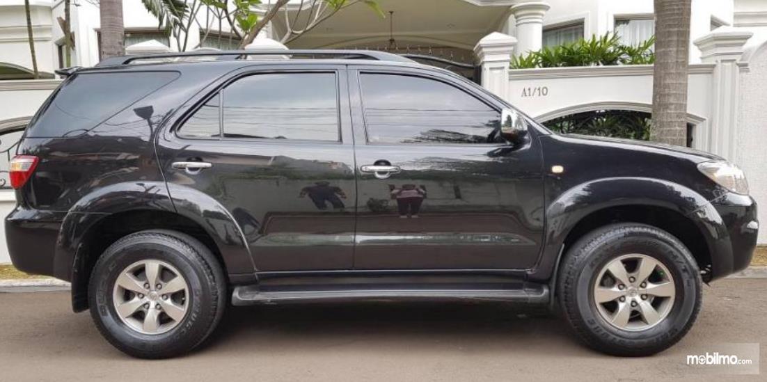 Gambar ini menunjukkan bagian samping mobil Toyota Fortuner Generasi Pertama