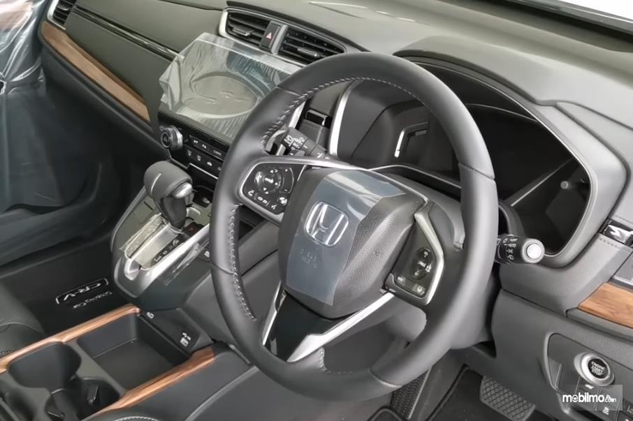 Gambar ini menunjukkan interior mobil Honda CR-V Malaysia