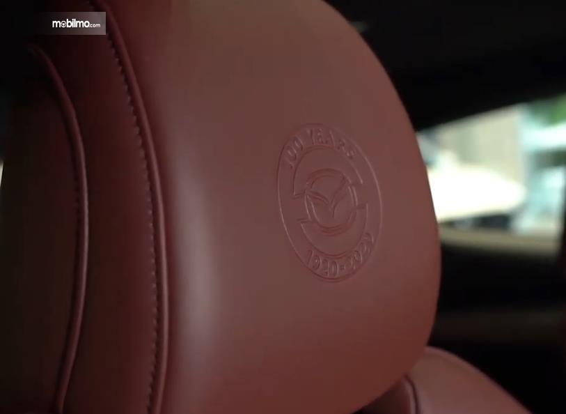 Gambar ini menunjukkan headrest Mazda Edisi 100 Tahun