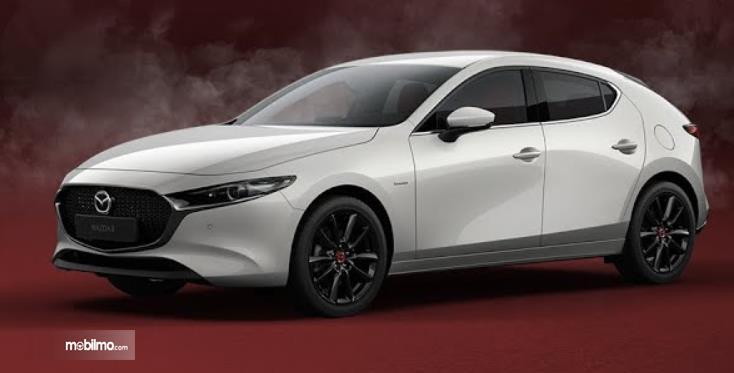 Gambar ini menunjukkan mobil Mazda Edisi 100 Tahun