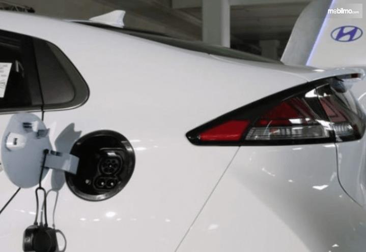 Gambar ini menunjukkan tempat isi daya mobil listrik Hyundai