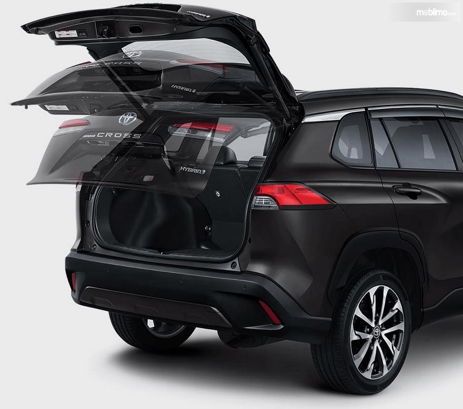 Gambar ini menunjukkan bagasi mobil All New Toyota Corolla Cross Hybrid 2020