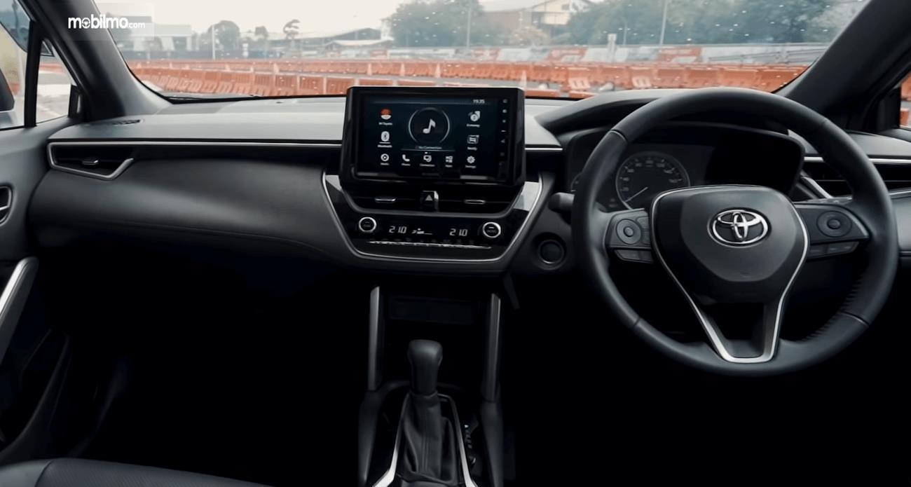 Gambar ini menunjukkan dashboard dan kemudi mobil All New Toyota Corolla Cross Hybrid 2020