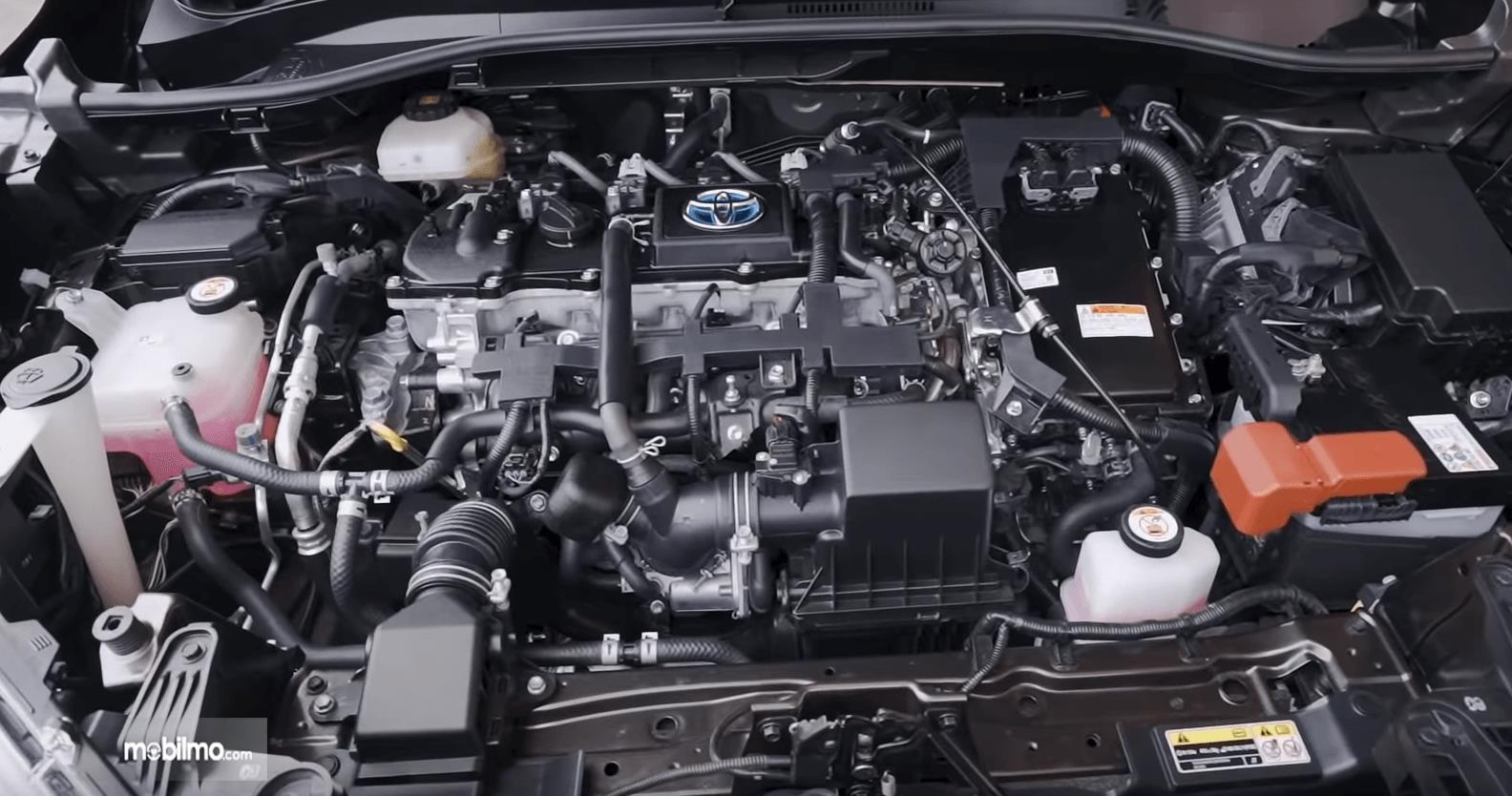 Gambar ini menunjukkan mesin mobil All New Toyota Corolla Cross Hybrid 2020