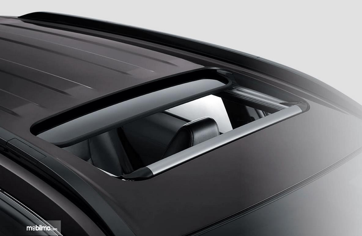 Gambar ini menunjukkan sunroof mobil All New Toyota Corolla Cross Hybrid 2020